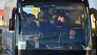 """Un car de mineurs isolés quitte l'ex-""""jungle"""" de Calais (Pas-de-Calais), le 2 novembre 2016. (PHILIPPE HUGUEN / AFP)"""