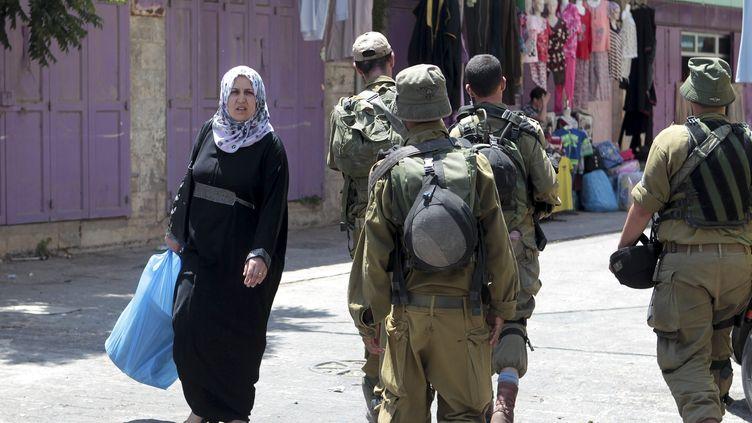 Des militaires de l'armée israélienne patrouillent dans le marché de la vieille ville d'Hébron, en Cisjordanie, le 13 août 2014. (MAXPPP)