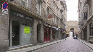 En raison de l'épidémie de coronavirus qui touche la France, le tourisme à Saint-Malo (Ille-et-Vilaine) est en chute libre. Les guides s'adaptent et envisagent de proposer d'autres circuits touristiques une fois le confinement terminé. (France 3)