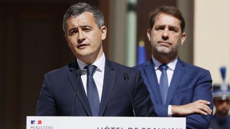 Le nouveau ministre de l'Intérieur Gérald Darmanin (à gauche) s'exprime aux côtés du ministre sortant Christophe Castaner lors de la cérémonie de passation des pouvoirs au ministère de l'Intérieur à Paris le 7 juillet 2020. (THOMAS SAMSON / AFP)