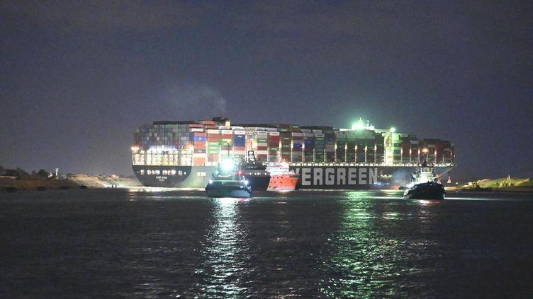 """Le porte-conteneurs """"Ever Given"""", le 27 mars 2021, sur le canal de Suez (Egypte). (HIROMI UECHI / YOMIURI / AFP)"""