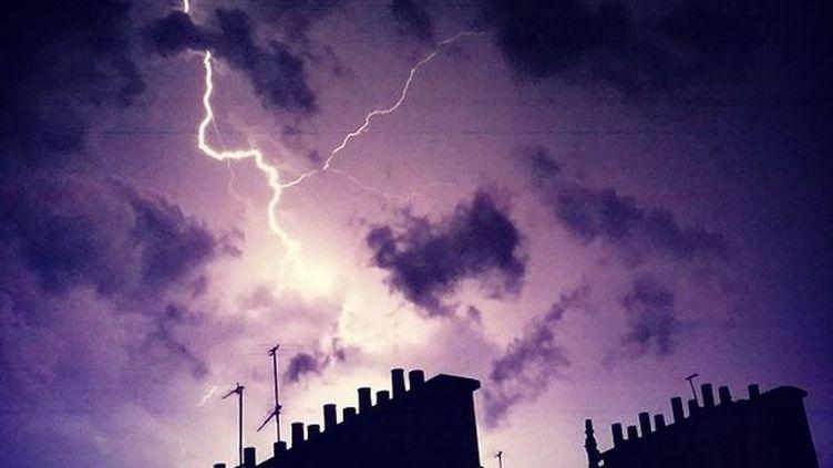 Un orage éclate au-dessus de Paris, le 8 juin 2014. (MATIEUF / INSTAGRAM)