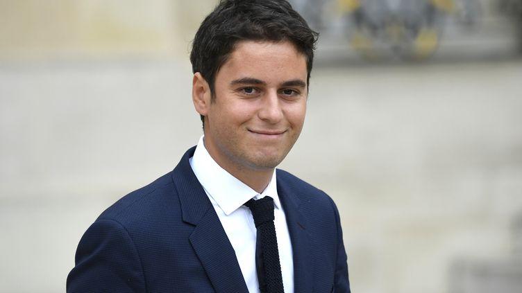 Le secrétaire d'Etat auprès du ministre de l'Education nationale, Gabriel Attal, sort de l'Elysée, le 24 octobre 2018. (ERIC FEFERBERG / AFP)