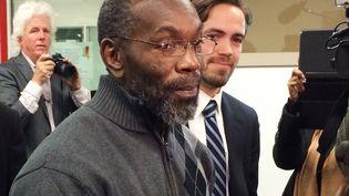 Ricky Jackson, 57 ans, sort de prison après 39 ans passés derrière les barreaux pour un meurtre qu'il n'a pas commis, le 21 novembre 2014 à Cleveland (Ohio). (KIM PALMER / REUTERS)