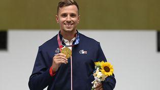 Le Français Jean Quiquampoix a décroché la médaille d'or au tir rapide à 25 mètres aux Jeux olympiques de Tokyo, lundi 2 août 2021. (CROSNIER JULIEN / KMSP / AFP)