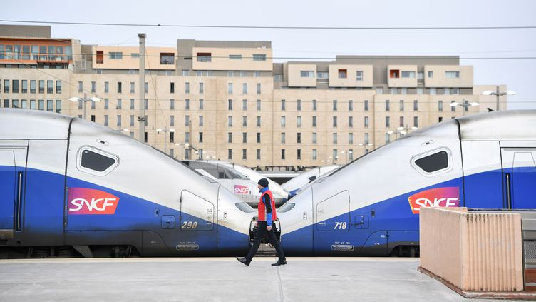 Un agent SNCF marche sur un quai de la gare Saint-Charles, à Marseille, le 3 avril 2018. (BERTRAND LANGLOIS / AFP)