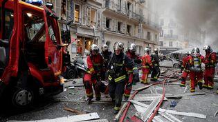 """Les pompiers évacuentune victime suite à l'explosion """"manifestement accidentelle""""selon le procureur de la République. (THOMAS SAMSON / AFP)"""