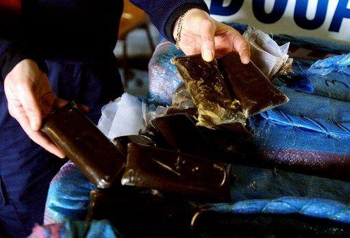 Saisie de canabis dans un camion immatriculé en grande-Bretagne, à Behobie, le 31 janvier 2004 (AFP/Daniel Velez)
