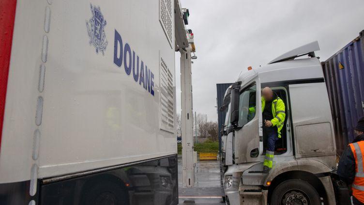 Un camion contrôlé au port de Zeebrugge par la douane en Belgique. (KURT DESPLENTER / MAXPPP)