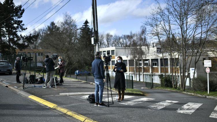 Des journalistes devant le collège près duquel une jeune fille a été poignardée, le 23 février 2021 à Saint-Chéron (Essonne). (STEPHANE DE SAKUTIN / AFP)