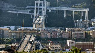Ce qu'il reste du pont Morandi, à Gênes (Italie), le 15 août 2018,au lendemain de sa chute. (PIERO CRUCIATTI / AFP)