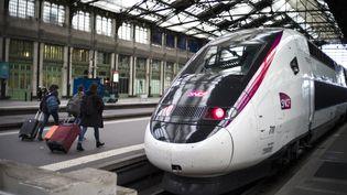 Des passagers àla gare de Lyon, à Paris, le 2 avril 2018. (YOAN VALAT / EPA)
