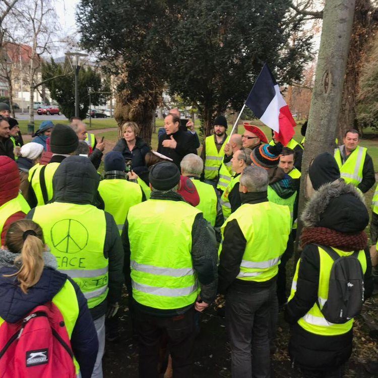 """La sénatrice PatriciaSchillinger et le député Bruno Fuchs rencontrent une quarantaine de """"gilets jaunes"""" à Colmar (Haut-Rhin), le 8 décembre 2018. (MAXPPP)"""