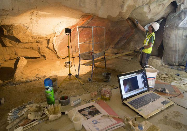 Pour respecter les volumes originaux et l'apparence des parois, les artisans utilisent une reproduction 3D de la grotte, issue d'un scan réalisé à partir de 6 000 photos numériques. (ROBERT PRATTA / REUTERS)