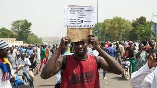 Lors d'une manifestation à l'appel du Haut Conseil islamique à Bamako, le 5 avril 2019, suite aux violences subies dans le centre du Mali. (MICHELE CATTANI/AFP)