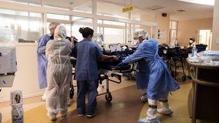 Un malade du Covid-19 pris en charge dans un hôpital (CARLA BERNHARDT / AFP)