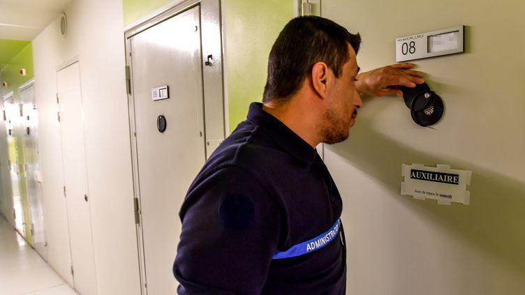 Un surveillant pénitentiaire inspecte une cellule de la prison deVendin-le-Vieil (Pas-de-Calais), où est incarcéré le braqueur Redoine Faïd. (PHILIPPE HUGUEN / AFP)