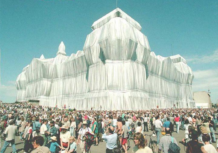 """L'empaquetage du Reichstag"" par Christo à Berlin en juin 1995 (WOLFGANG KUMM / DPA)"