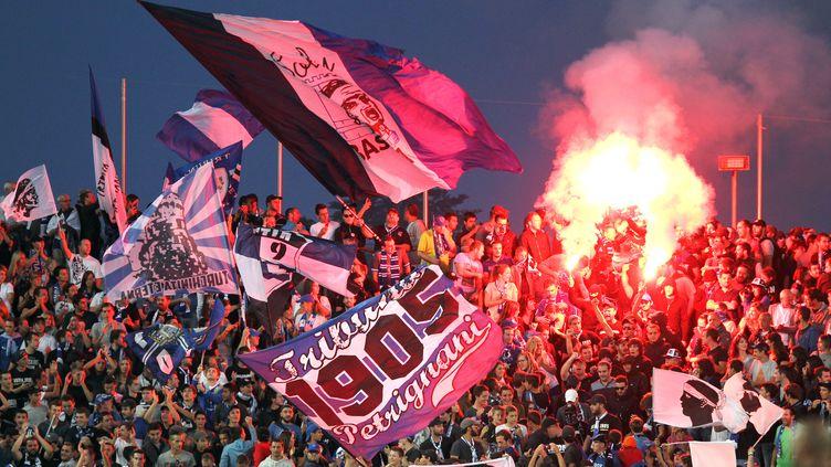Des supporters du Sporting Club de Bastia, le 19 septembre 2015 lors du match contre Nice, au stadeArmand Cesari à Bastia (Haute-Corse). (PASCAL POCHARD-CASABIANCA / AFP)
