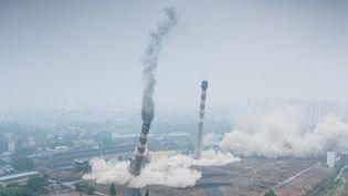 Des cheminées et une tour de refroidissement d'une centrale thermique à charbon détruites par explosion, le 23 mai 2017 à Nankin (Chine). (JIA ZHENG / IMAGINECHINA / AFP)