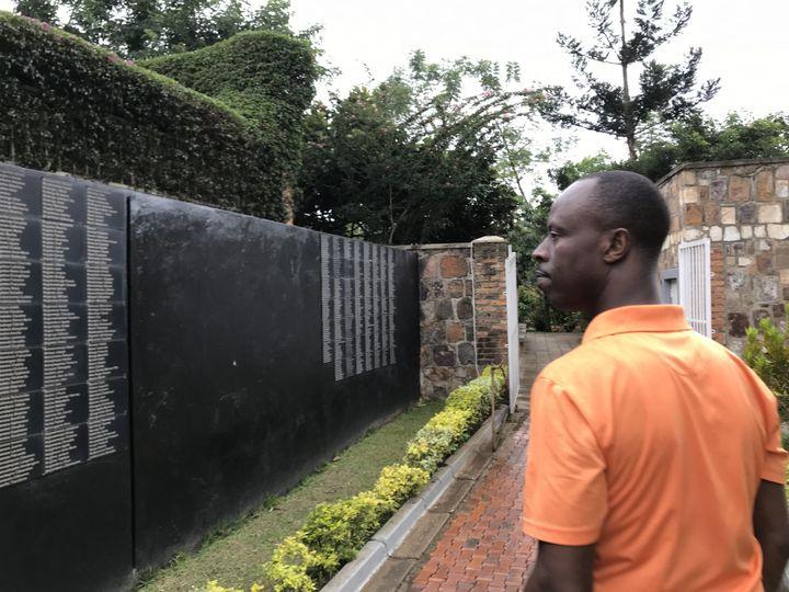 Toussaint Nosisi dans le Mémorial de Kigali, au Rwanda (JÉRÔME VAL / FRANCE-INFO)