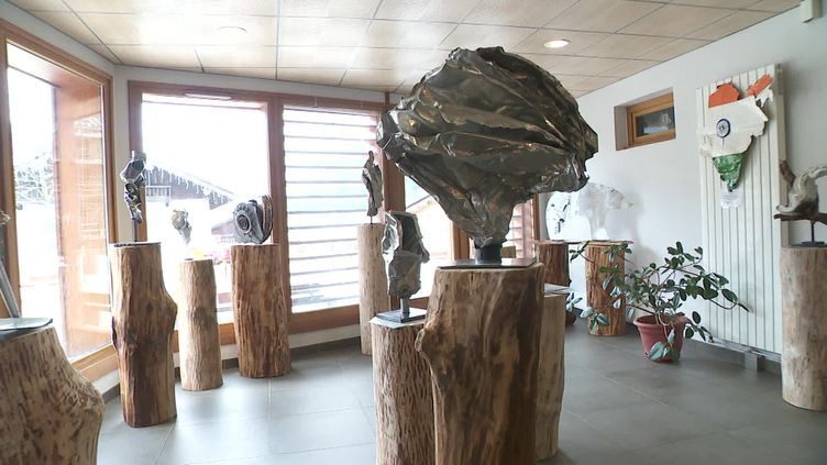 Sculptures deJosée de Vérité Mermoud créées à partir de vestiges du Malabar Princess (France 3 Alpes / France Télévisions)