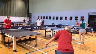 Une séance de ping-pong pour des malades d'Alzheimer au gymase de Levallois-Perret, dans les Hauts-de-Seine. (ALICE KACHANER / FRANCEINFO / RADIO FRANCE)