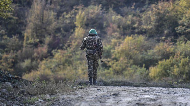 Un soldat arménien marche le long d'une route pendant les combats en cours entre l'Arménie et l'Azerbaïdjandzans le Haut-Karabakh,le 15 octobre 2020 (photo d'illustration). (ARIS MESSINIS / AFP)