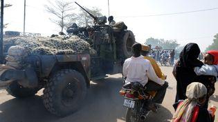 Des militaires français dans les rues de N'Djamena, lors de troubles en février 2008. (PASCAL GUYOT / AFP)