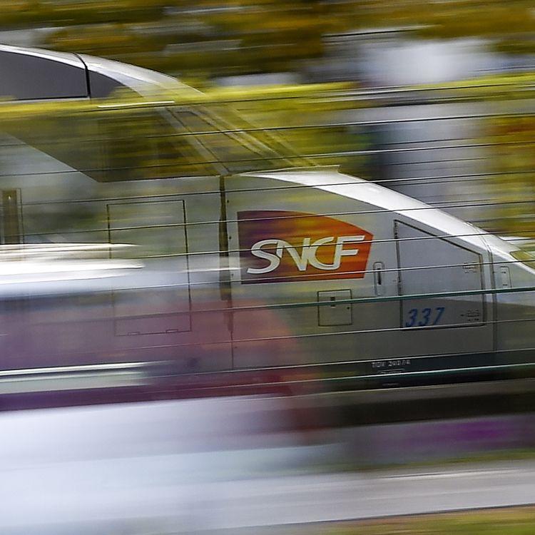 Un TGV pris en photo à Nantes (Loire-Atlantique), le 8 novembre 2017. (LOIC VENANCE / AFP)