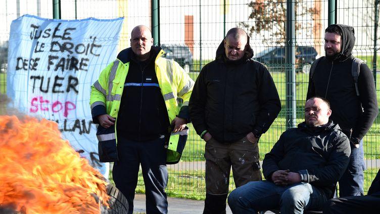 Des surveillants bloquent la prison de Condé-sur-Sarthe (Orne), le 7 mars 2019. (JEAN-FRANCOIS MONIER / AFP)