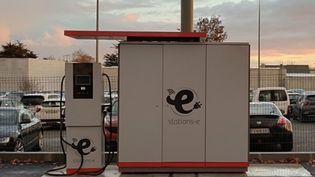 Une station de recharge multiservices (wifi,poste, recharges de téléphones) alimentée partiellement en énergie solaire. (STATION E)