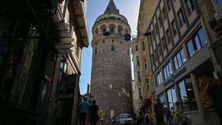 La Tour de Galata, un monument emblématique d'Istanbul construit au 14ème siècle, est le dernier édifice à avoir suscité la controverse. (OZAN KOSE / AFP)
