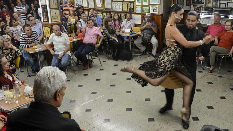 Un couple danse le tango dans le bar Malaga Salon à Medellin, juillet 2015  (RAUL ARBOLEDA / AFP)