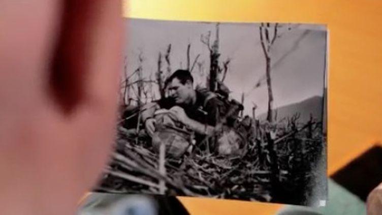 """Ce dimanche 4 avril, la rédaction du 13 heures consacre sa rubrique """"Les battantes"""" à une photographe de guerre méconnue du grand public, Catherine Leroy. (FRANCE 2)"""
