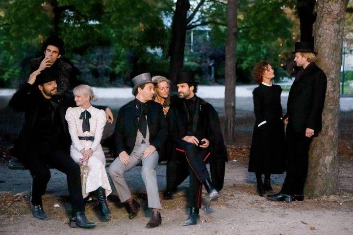 """La troupe de la Comédie-Française en habits proustiens dans """"Guermantes"""" de Christophe Honoré (2021). (JEAN-LOUIS FERNANDEZ)"""
