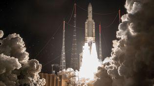 La fusée européenne Ariane 5 lors de son lancement le 25 janvier 2018 depuis la base de Kourou, en Guyane française. (JM GUILLON / ARIANESPACE / AFP)