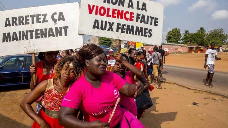 Des femmes manifestent contre les féminicides et les violences faites aux femmes dans la ville de Dabou, en Côte d'Ivoire, le 24 avril 2019. (GODONG / BSIP)
