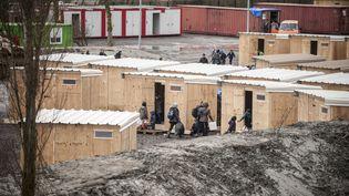 Des migrants entrent dans le nouveau camp de Grande-Synthe (Nord) le 7 mars 2016. (CITIZENSIDE / JULIEN  PITINOME / AFP)
