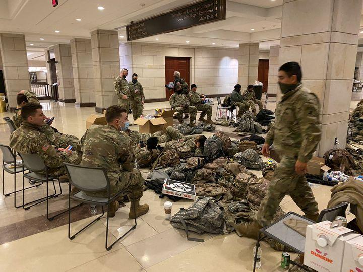 Des soldats de la réserve de l'armée américaine en train de camper dans l'enceinte du Capitole. (GREGORY PHILIPPS / RADIO FRANCE)