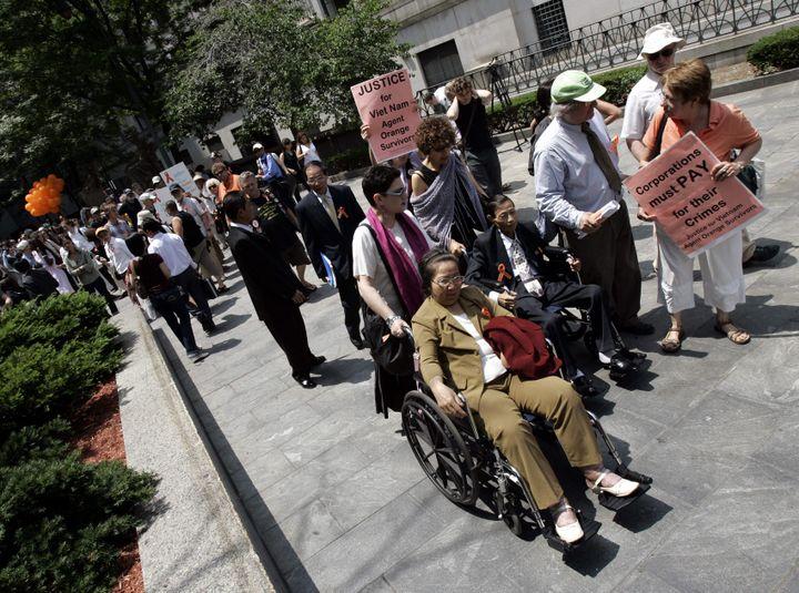 """Des victimes vietnamiennes de l'""""agent orange"""" devant un tribunal de New York, aux Etats-Unis, à l'occasion d'une audience, le 18 juin 2007. (STAN HONDA / AFP)"""