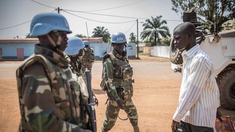 Des soldats sénégalais de la mission de l'ONU en Centrafrique (Minusca) patrouillent à Bangui, le 10 décembre 2015. (MARCO LONGARI / AFP)