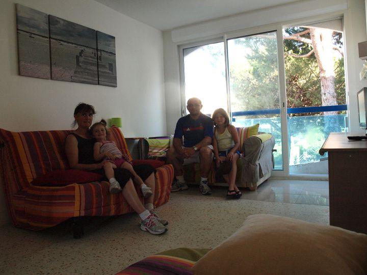 Karine, Hervé et leurs filles Eudrey et Maëlys, ont loué ce studio-cabine pour quatre jours. (ARIANE NICOLAS / FTVI)