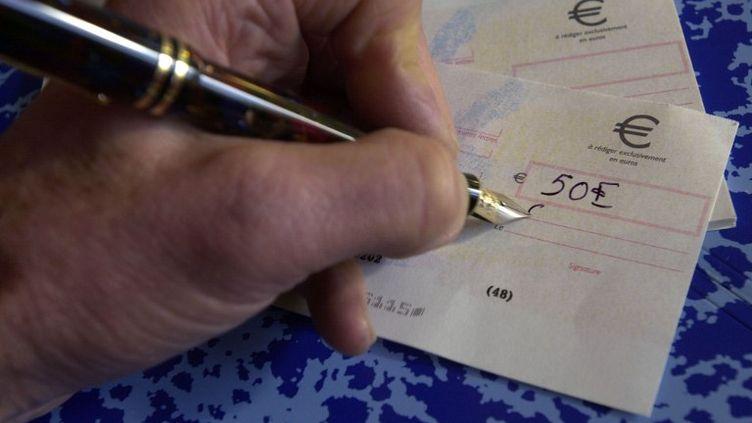 Le chèque pourrait bientôt disparaître au profit de la carte bancaire. (MYCHELE DANIAU / AFP)