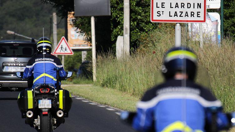 Des gendarmes traquent l'homme lourdement armé et retranchédans une forêt de Dordogne depuis le 30 mai 2021. (THIBAUD MORITZ / AFP)