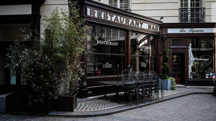 Un restaurant fermé à Paris pendant le confinement, le 16 avril 2020. (PHILIPPE LOPEZ / AFP)