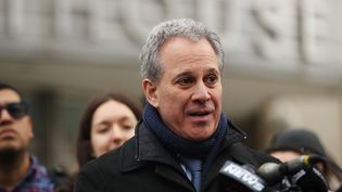 Le procureur de l'Etat de New York, Eric Schneiderman, donne une conférence de presse le 30 janvier 2018 à New York (Etats-Unis). (SPENCER PLATT / GETTY IMAGES NORTH AMERICA / AFP)