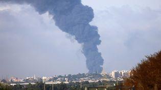 Une photo prise depuis le Sud d'Israël et qui montre une colonne de fumée depuis Gaza, après un bombardement, le 17 mai 2021. (EMMANUEL DUNAND / AFP)