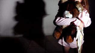 Une enfant serrant dans ses bras un ourson en peluche. ((FRANCIS DEMANGE / GAMMA-RAPHO / GETTY IMAGES)