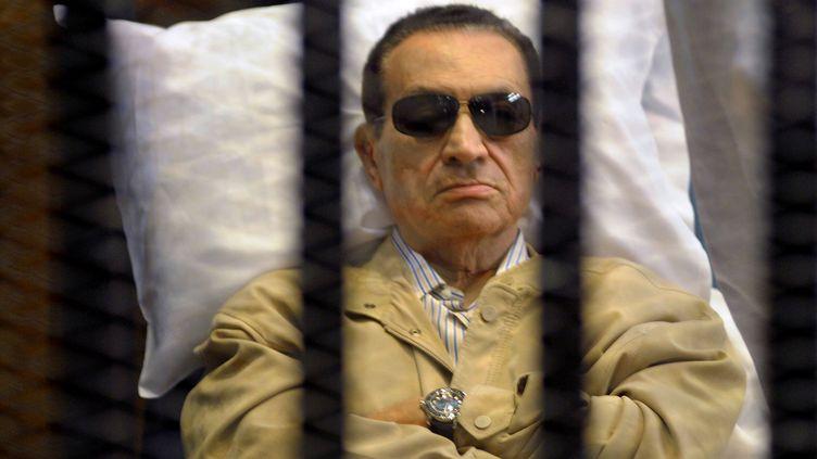 L'ex-président égyptien Hosni Moubarak derrière les barreaux, lors d'une audience devant un tribunal du Caire (Egypte), le 2 juin 2012. ( AFP )
